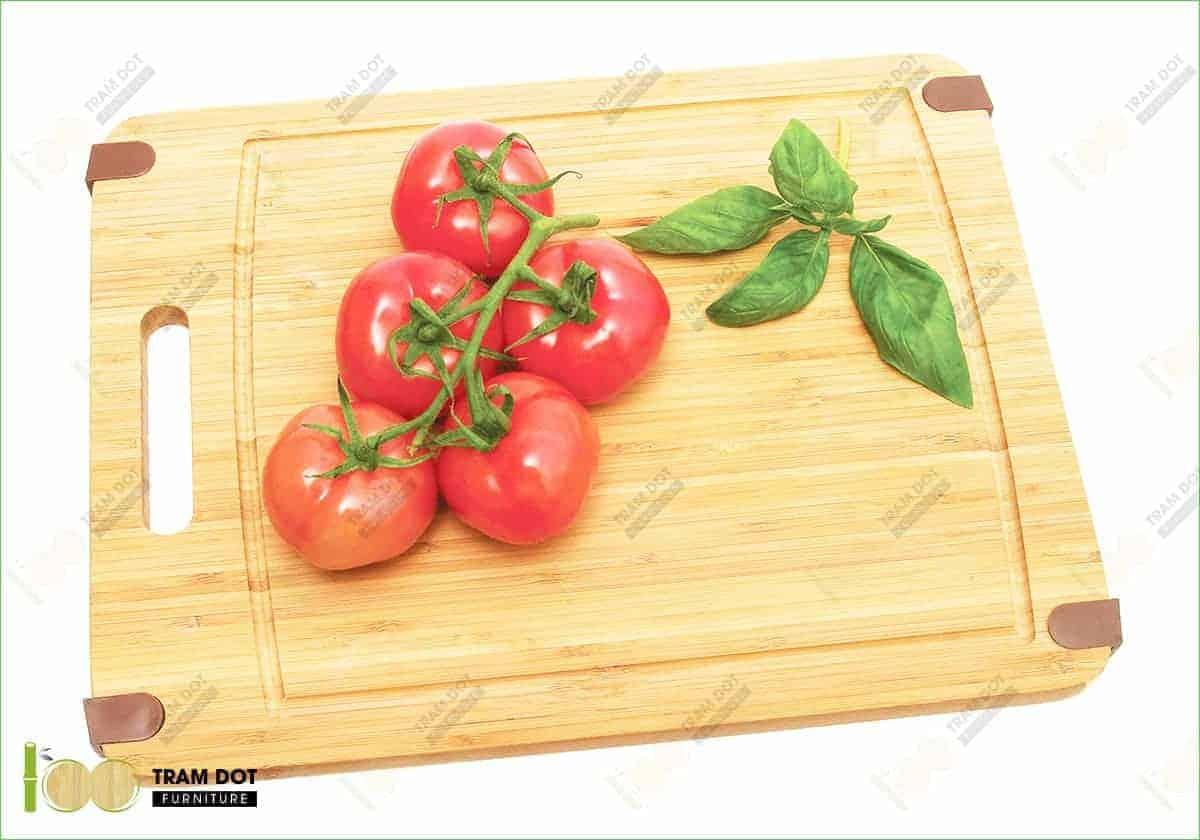 Mặt bàn, thớt và các khay tre là các sản phẩm từ ván tre ép tấm