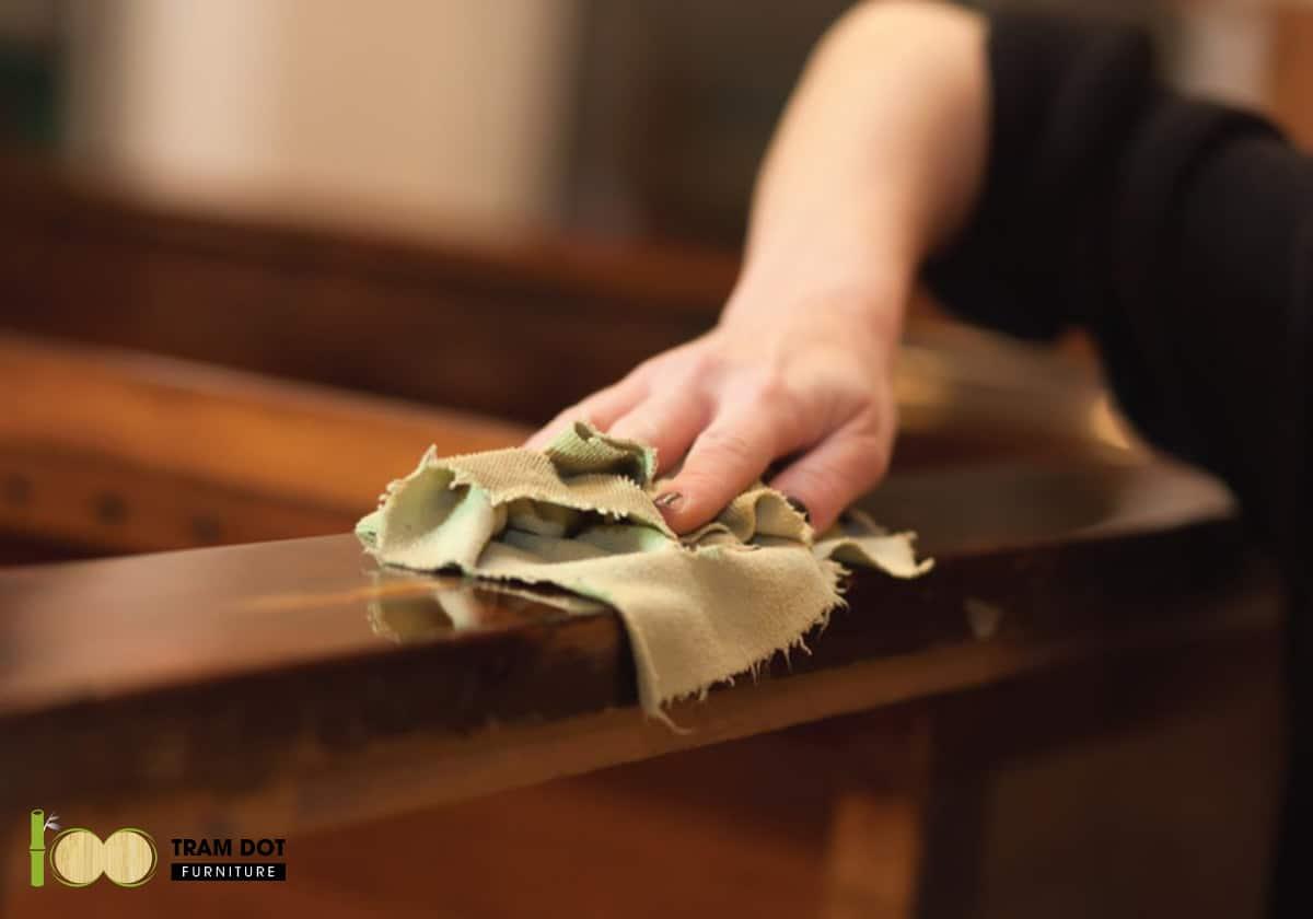 Làm sạch ngay các chất bẩn như nước trà khi chúng rơi vào đồ vật bằng tre