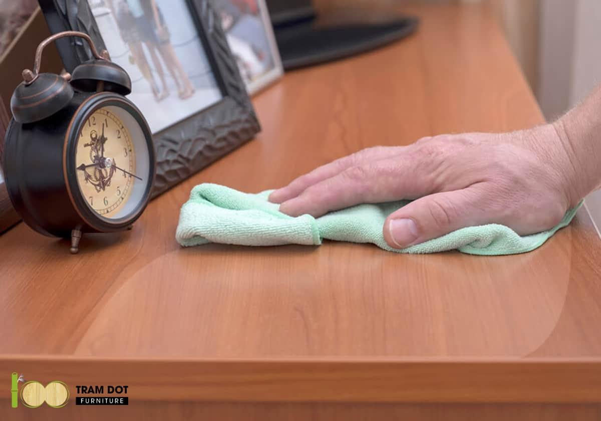 Lau chùi bất kì vật dùng nào trước khi vệ sinh làm sạch