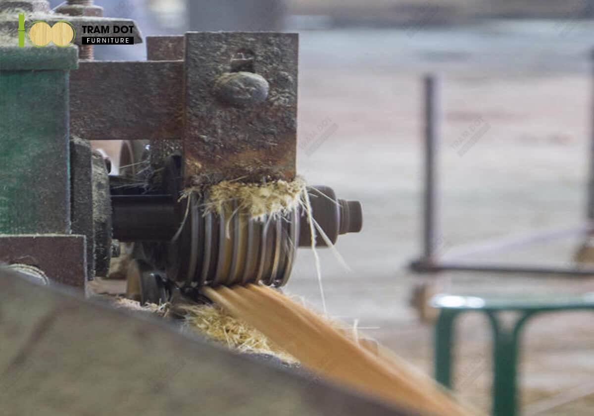 Các nan tre sẽ được nghiền thành sợi tre qua máy công cụ